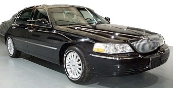 Lincoln_Town_Car_showroom_black_big
